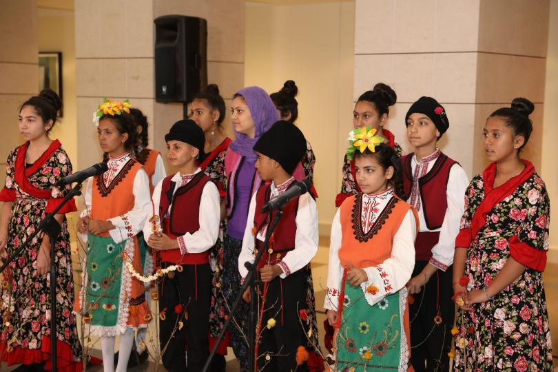 снимка 2 Посланик Херо Мустафа игра хоро с деца от с. Караджово по случай Василица