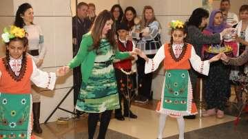 Посланик Херо Мустафа игра хоро с деца от с. Караджово по случай Василица