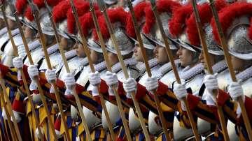 Гвардейците на папата слагат пластмасови шлемове