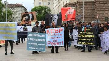 Производителите на ВЕИ електроенергия протестираха днес пред МС