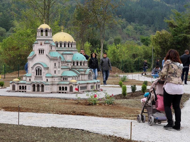 снимка 1 Парк Мини България отваря врати във Велико Търново (СНИМКИ)