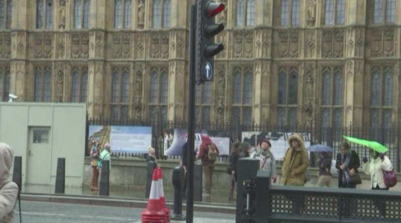 Великобритания гласува на предсрочни парламентарни избори. Вотът е ключов, защото