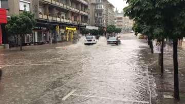 Проливен дъжд наводни улиците във Велико Търново и Горна Оряховица