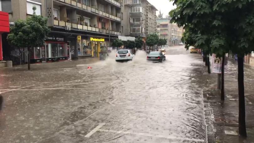 Проливен дъжд, придружен с градушка, наводни централни улици във Велико
