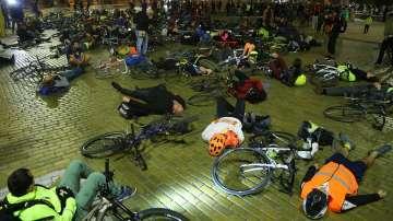 Велосипедисти блокираха движението пред МС с искане за законови промени