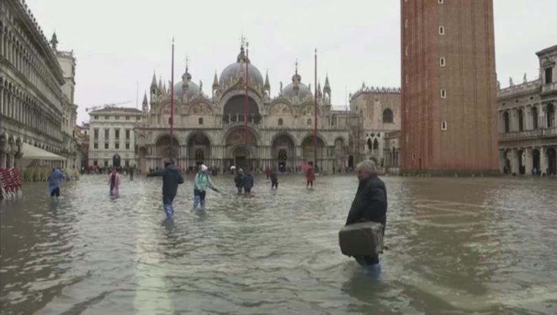 Площад Сан Марко във Венеция се превърна в езеро след