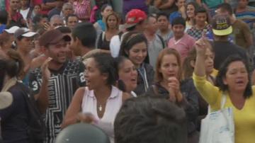 500 жени от Венецуела щурмуваха затворената граница с Колумбия