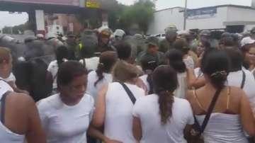 Гладни жени от Венецуела нападнаха колумбийски град