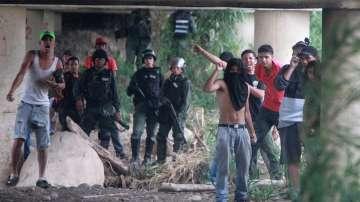 Кризата във Венецуела: Сблъсъци между военни и граждани по границата