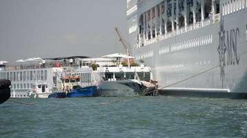 Петима ранени при сблъсък между круизен лайнер и катер край Венеция