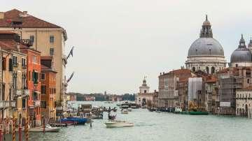 Кметът на Венеция предлага забрана на сядането на неразрешени публични места