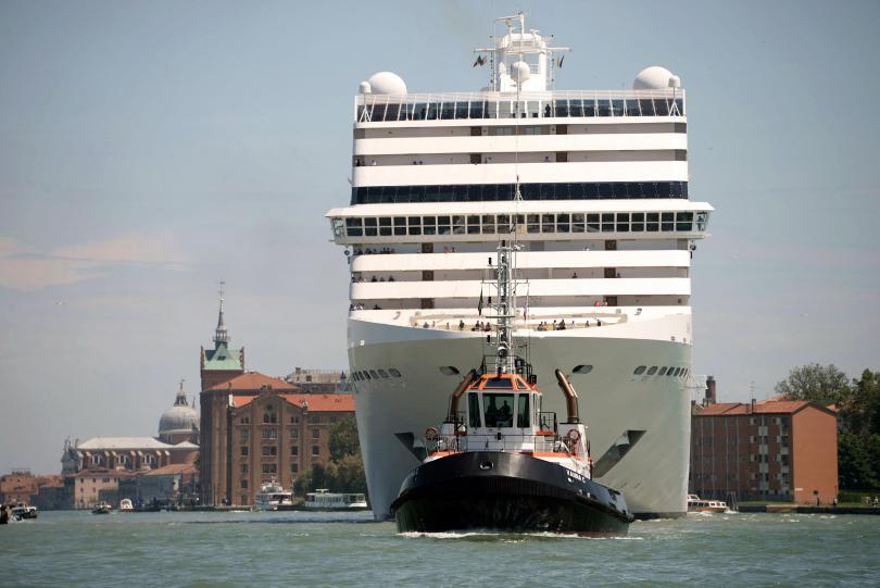 снимка 1 Петима ранени при сблъсък между круизен лайнер и катер край Венеция