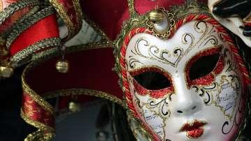 Карнавалът във Венеция започна с нощен парад и хиляди туристи