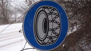Зимата се завърна: Снегът затрудни трафика по основните пътища в страната