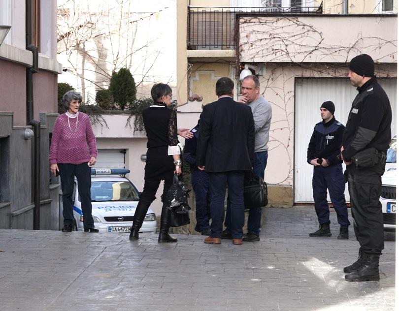 Вещи лица, реставратори, полицията и прокуратурата влязоха днес в офиса