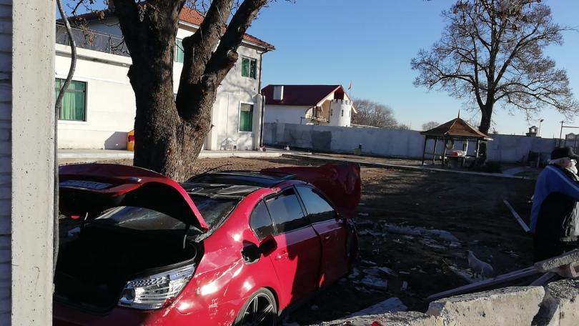 снимка 1 Автомобил отнесе част от оградата на къща край Пловдив (Снимки)