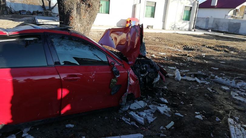 снимка 2 Автомобил отнесе част от оградата на къща край Пловдив (Снимки)