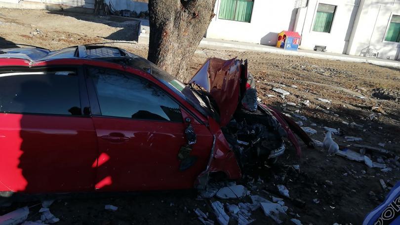 снимка 3 Автомобил отнесе част от оградата на къща край Пловдив (Снимки)