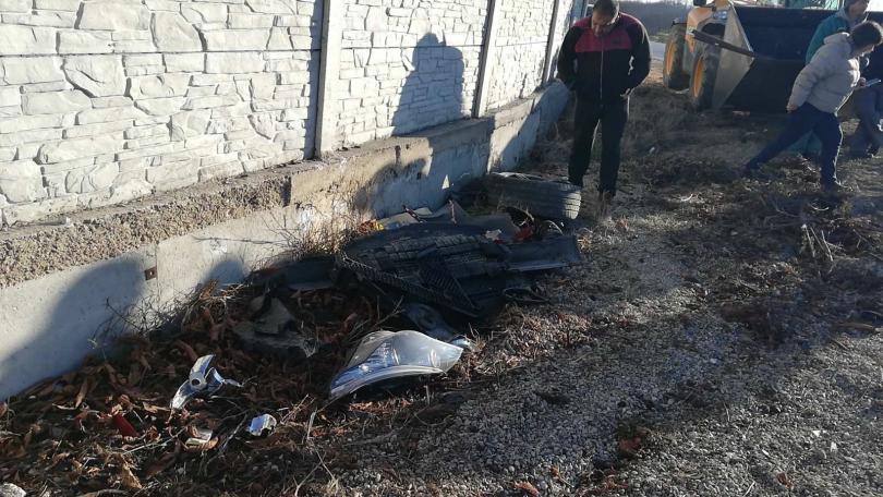 снимка 4 Автомобил отнесе част от оградата на къща край Пловдив (Снимки)
