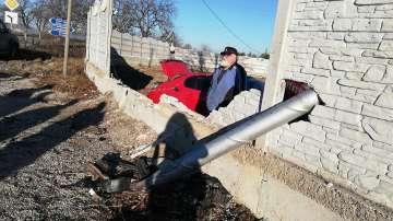 Автомобил отнесе част от оградата на къща край Пловдив (Снимки)