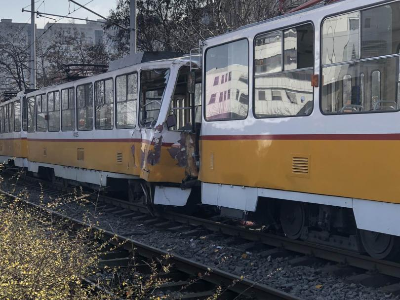 снимка 1 Мъж загина и шестима пострадаха при катастрофа с трамвай в София (Снимки)