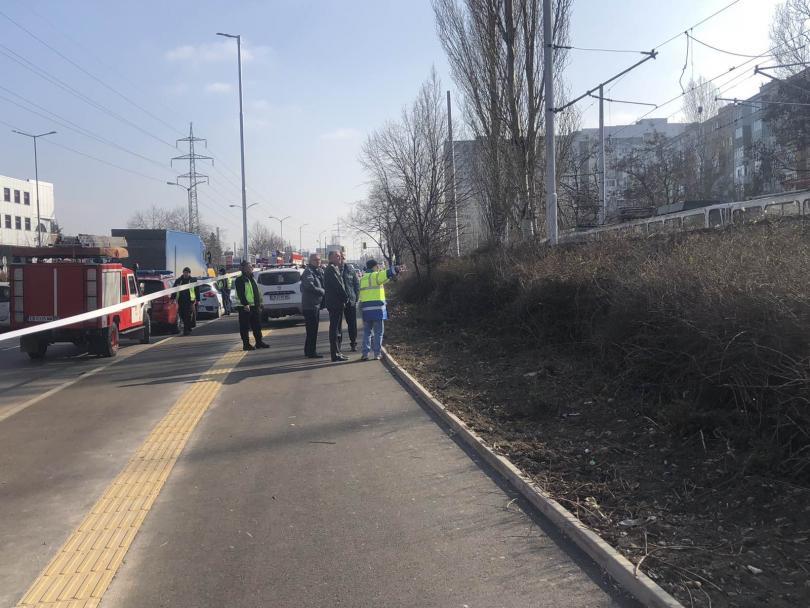 снимка 2 Мъж загина и шестима пострадаха при катастрофа с трамвай в София (Снимки)