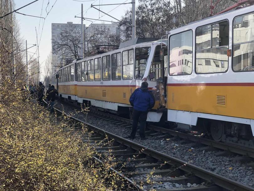 Мъж загина и шестима пострадаха при катастрофа с трамвай в София (Снимки)