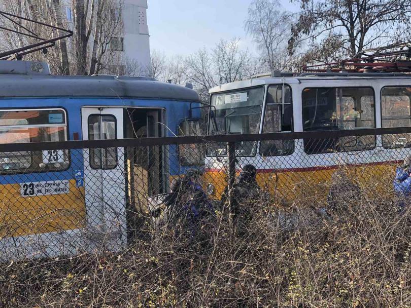 снимка 4 Мъж загина и шестима пострадаха при катастрофа с трамвай в София (Снимки)
