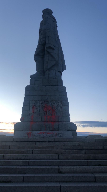 снимка 1 Паметникът на Альоша осъмна боядисан