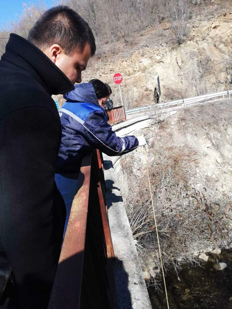 снимка 4 Взимат трета проба за тежки метали от водите на реките Юговска и Чепеларска