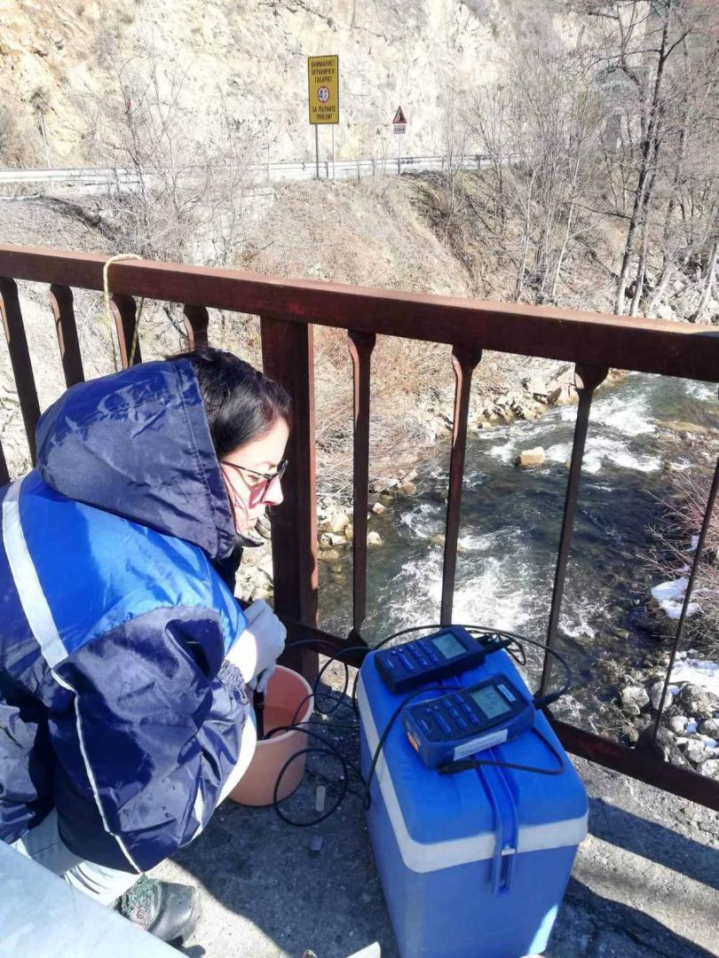 снимка 5 Взимат трета проба за тежки метали от водите на реките Юговска и Чепеларска