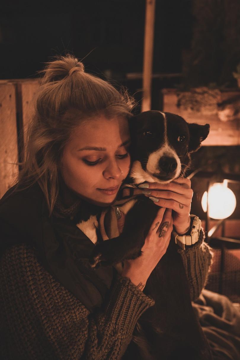 снимка 1 Певицата VICTORIA с коледен кавър в подкрепа за осиновяване на бездомни животни