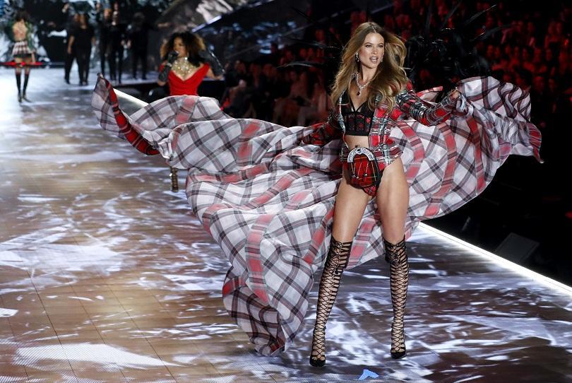 """Годишното модно шоу на """"Victoria`s Secret"""", известно с инкрустираните си"""