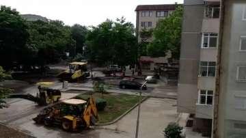 В Добрич асфалтират улица, докато вали дъжд