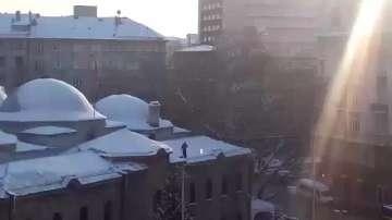 Почистват от снега покрива на Археологическия музей