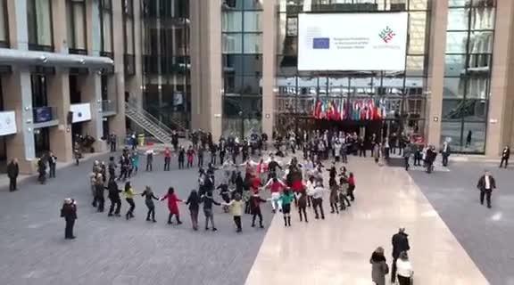 Българите, работещи в евроинституциите, организираха днес на обяд флашмоб в