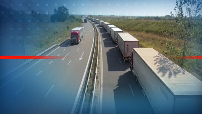 Огромна опашка от товарни автомобили, чакащи да излязат от страната,