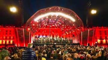 Виенската филхармония изнесе ежегодния си летен концерт на открито