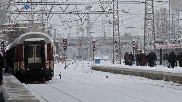 Пътници излизязоха на релсите на гара Илианци заради закъснение на влак