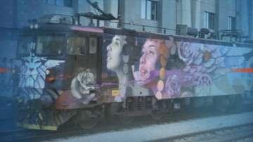 От БДЖ показаха локомотив, изрисуван с графити от Насимо