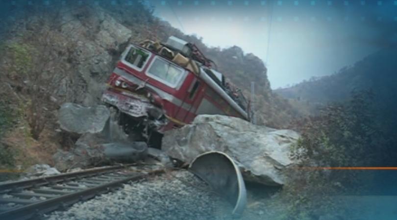 Часове наред продължи освобождаването на локомотива от огромния скален къс