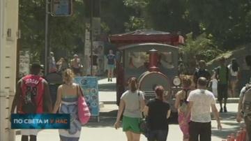 Две туристически влакчета обикалят крайбрежната алея във Варна