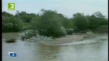 Укрепват дигите на река Стряма