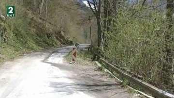 Пътят край Рилския манастир пропада втора година