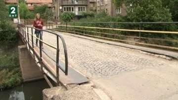 Опасни мостове дебнат пешеходците в Перник