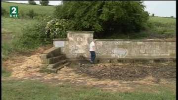 Агроном от село Екзарх Йосиф поправя разрушени стари каменни чешми