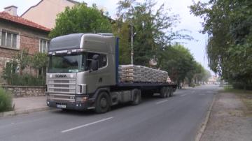 Шофьор на товарен камион разсипа цимент в Хасково