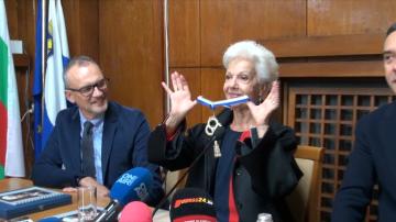 Райна Кабаиванска получи награда за изключителни заслуги за развитието на Бургас