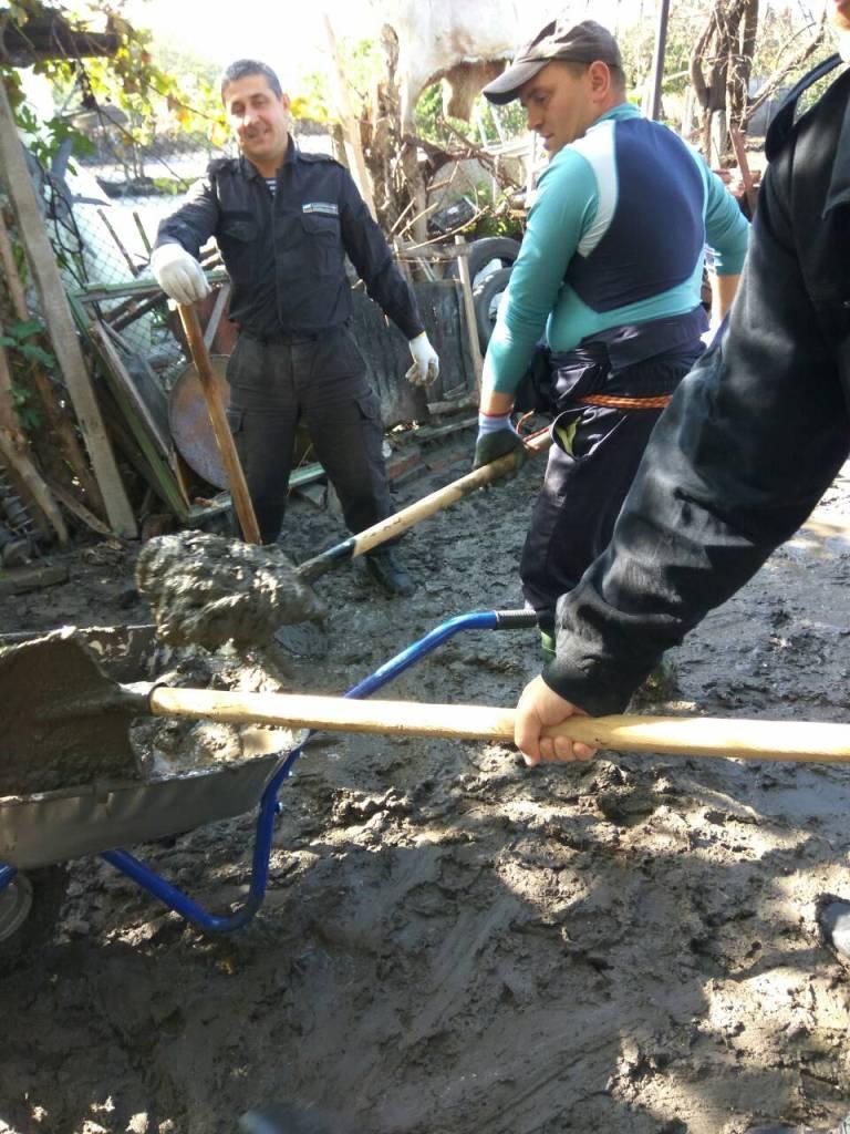 снимка 2 Военнослужещи от ВМС оказват помощ на пострадали от наводненията в област Бургас