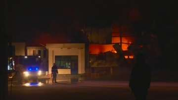 След пожара във Войводиново: Огнеборци продължават да дежурят в цеха за месо